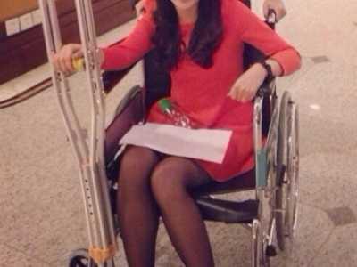 記者池舒欣 央視美女記者輪椅+拄拐采歐文